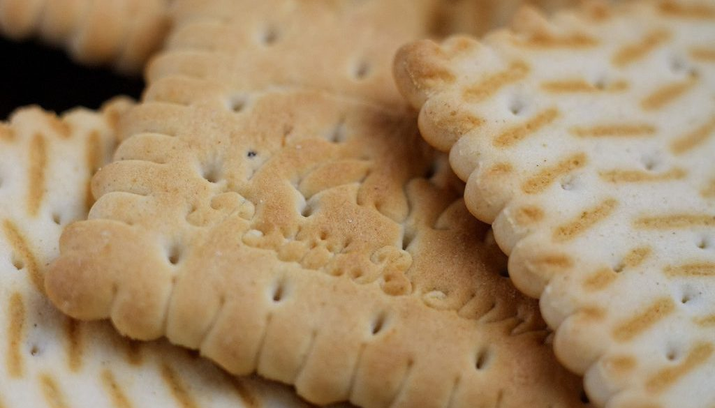 xlpblp6h-steelt-werknemer-een-pak-koekjes